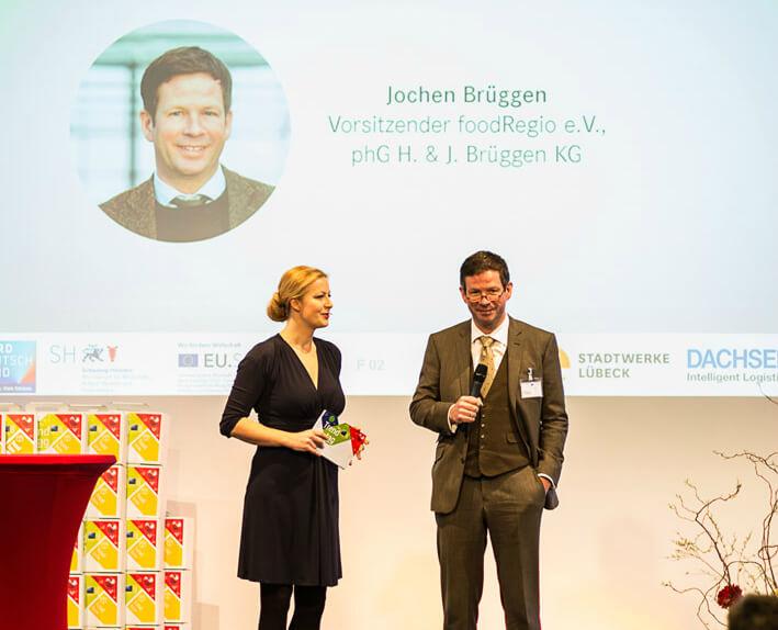 Moderatorin Podiumsdiskussion Carmen Hentschel mit Jochen Brüggen auf dem Food Regio Kongress copyright des Fotos: Dario Arndt