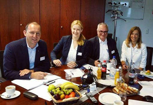 ( V.l.n.r.: Wolfgang Förch, Vorsitzender des Beirats; Carmen Hentschel, Moderatorin; Reinhold Kuhn, Vorsitzender der Konzerngeschäftsführung; Andrea Hacker, Assistentin der Konzerngeschäftsführung)