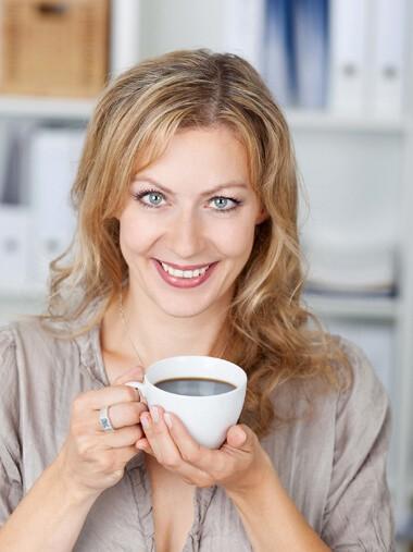 Event Moderation von Carmen Hentschel Portrait lächelnd mit Kaffeetasse