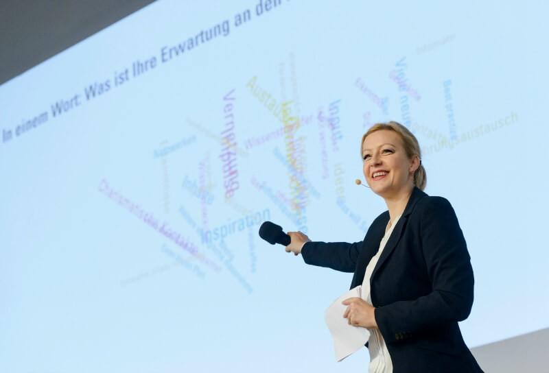 Moderatorin für Autobranche, Smart City und Smart Dörfer Carmen Hentschel mit Ministerin Julia Klöckner