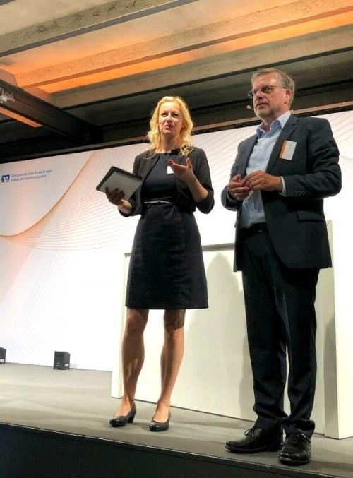 Digitalmoderatorin Carmen Hentschel für die DZ Bank