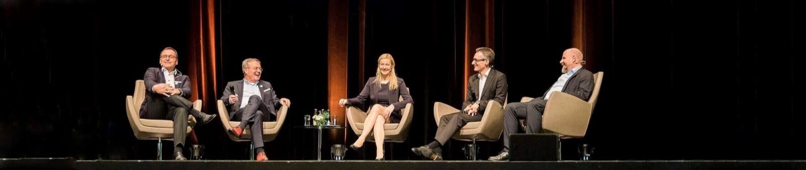 Carmen Hentschel ist Moderatorin von Podiumsdiskussionen zum Thema Mobilität und Smart City